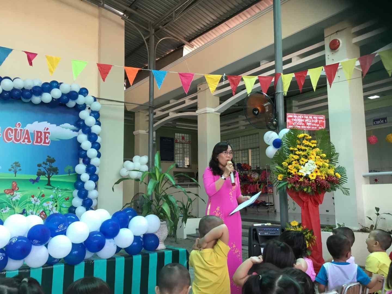 Cô Hồng Phương - Hiệu trưởng nhà trường trò chuyện cùng các bé trong lễ hội.
