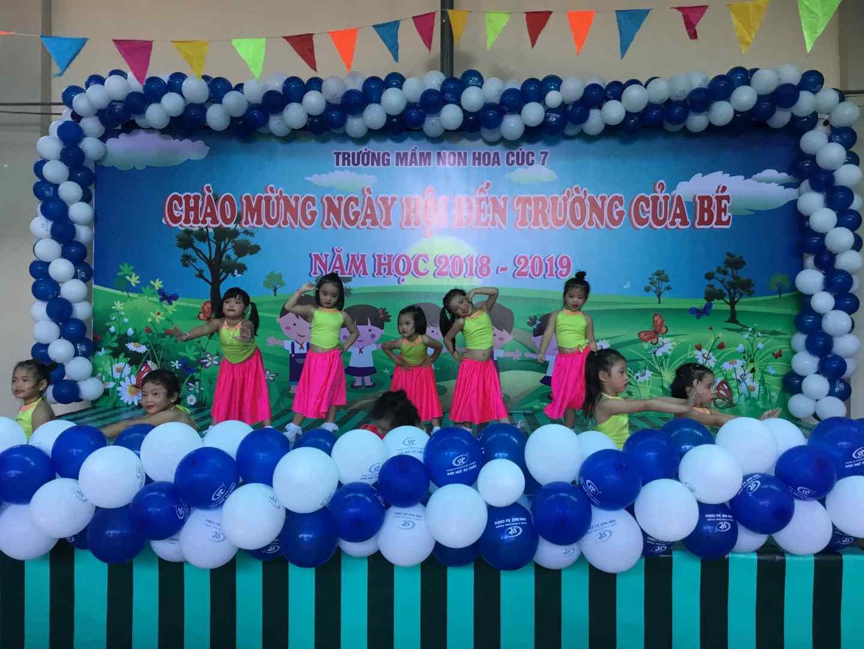 Các bé biểu diễn văn nghệ trong lễ hội khai trường